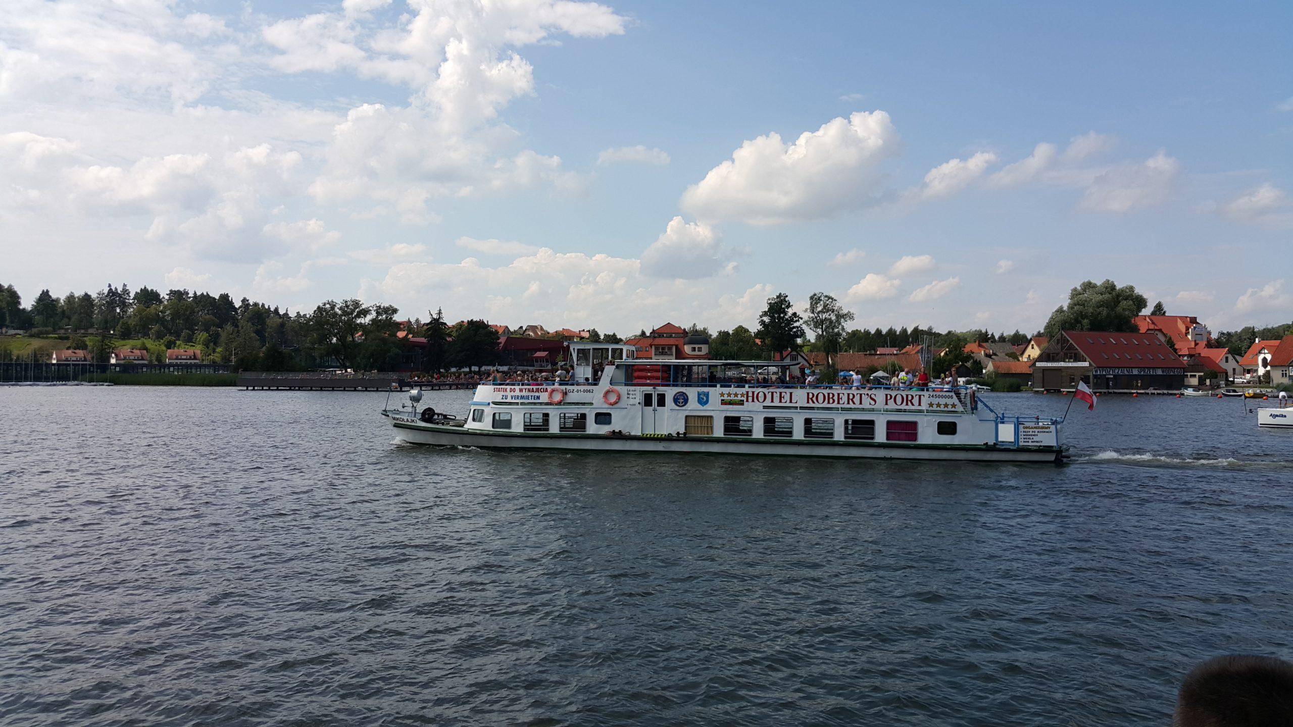 wycieczka statkiem turystycznym naJezioro Śniardwy podczas pobytu wMikołajkach