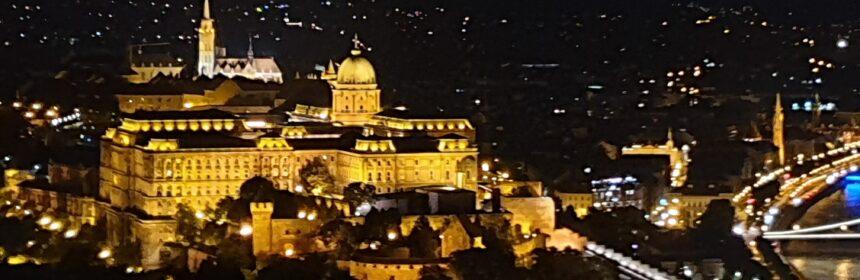 Wzgórze Zamkowe nocą uwiecznione podczas krótkiej wycieczki do Budapesztu na weekend