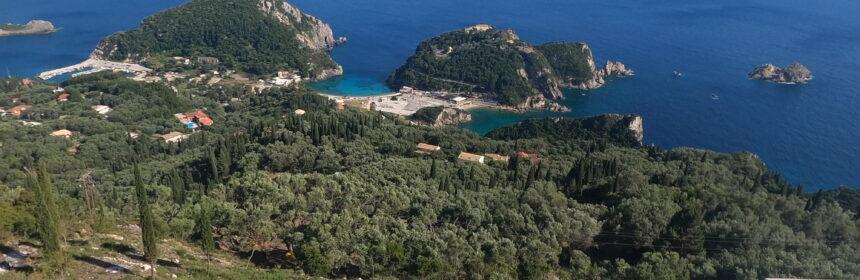 panorama na zatoki Paleokastritsa na zachodnim wybrzeżu Korfu widziane z punktu widokowego Bella Vista