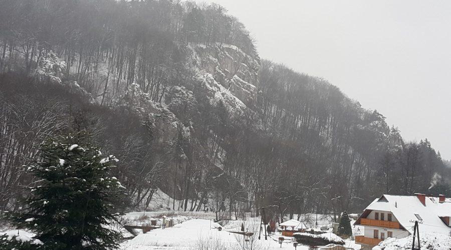 spacer poOjcowie podczas zimowej wycieczki weekendowej