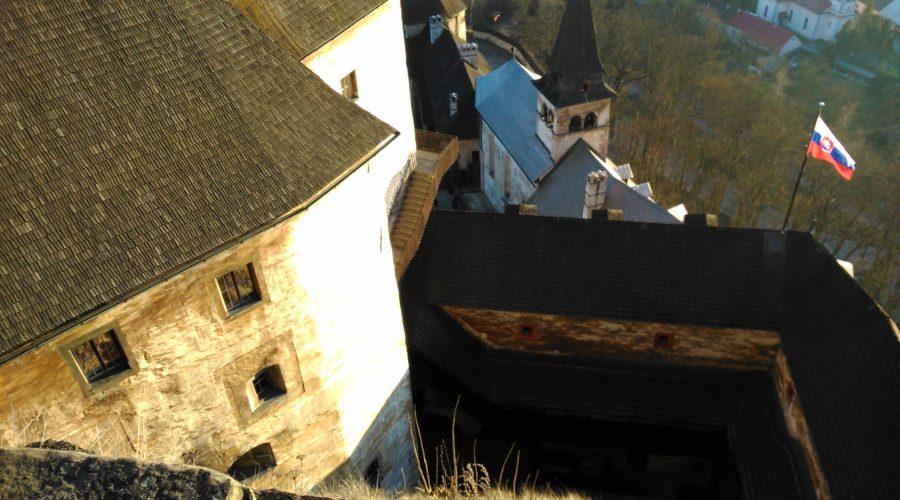 panorama okolicy zgóry zamku Oravski Hrad podczas wypadu znoclegów wOravicy