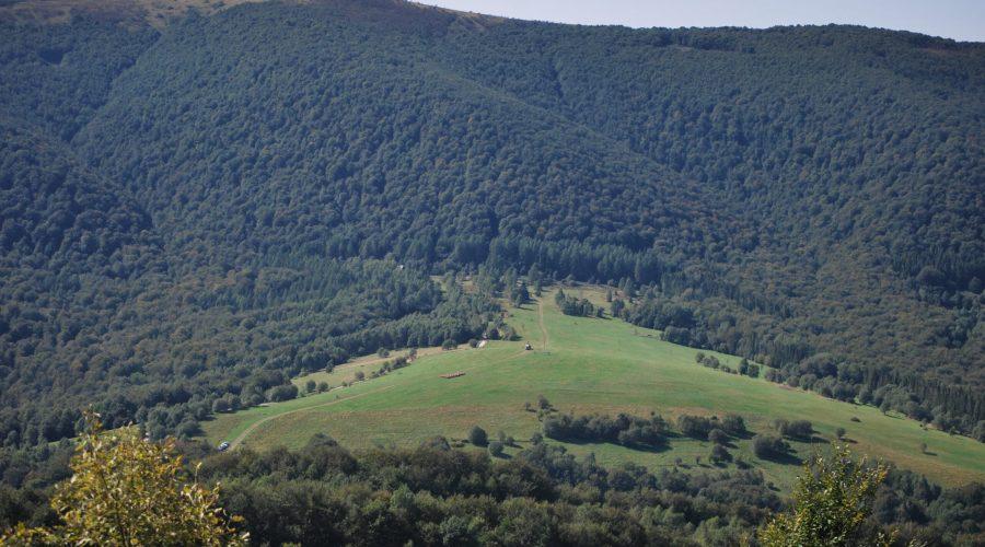 widok Bieszczad widziany zwędrówki górskiej szlakiem naszczyt Połoniny Caryńskiej