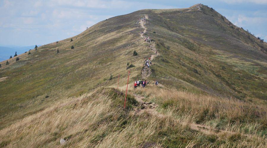 Połonina Caryńska tojeden zwyższych szczytów wBieszczadach, zktóregoroziąga się panorama także nasłowackie iukraińskie Bieszczady; szczyt ten znajduje się naterenie Bieszczadzkiego Parku Narodowego