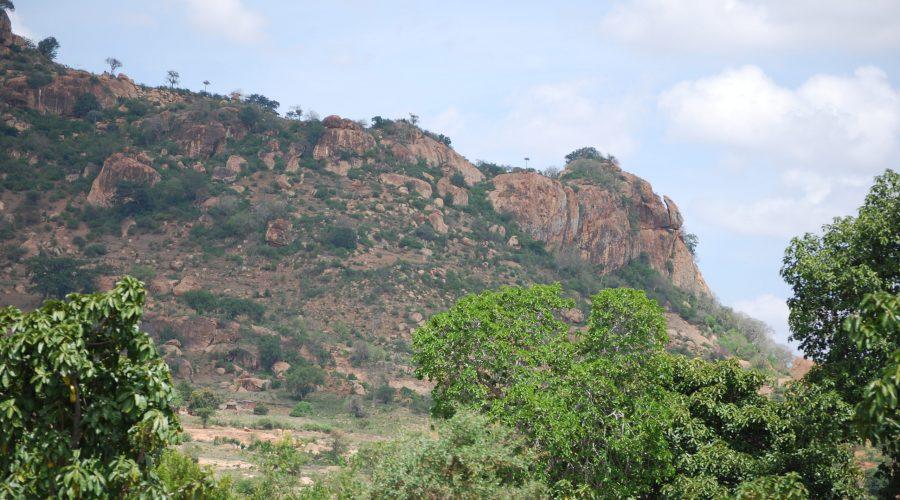 typowy dla Kenii krajobraz skalny wrejonie parku narodowego Tsawo West