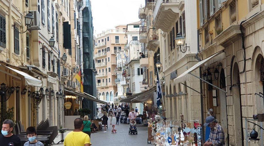 spacer uliczkami miasta Korfu (Kerkira) wczerwcu 2021 jeszcze podczas trwającej pandemii koronawirusa