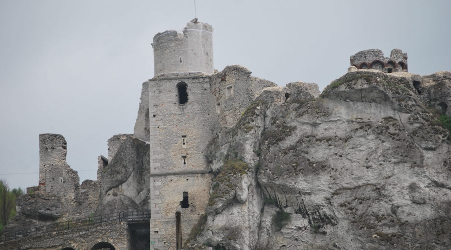ruiny zamku Ogrodzieniec uwiecznione podczas krótkiej wycieczki nadługi weekend majowy