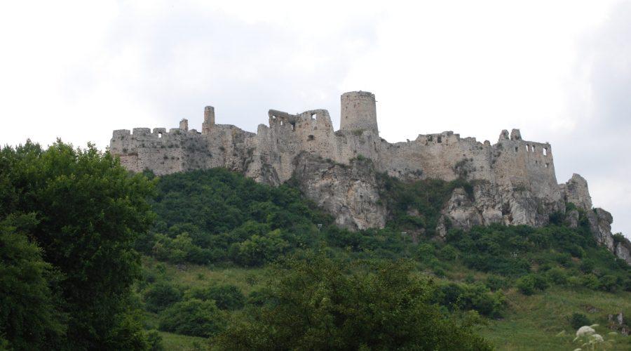 okazałe ruiny zamku naSłowacji Spiski Hrad odwiedzonego podczas wycieczki zZakopanego