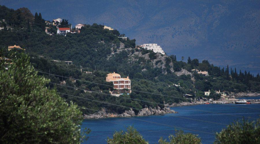 oto jedna zzatoczek Korfu, wyspy którasłynie zzielonych, malowniczych zatoczek zturkusową wodą